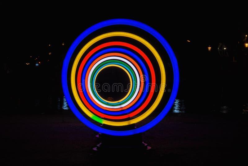 Hypnotic cirkels van neonlicht worden gemaakt dat stock foto