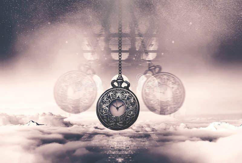 Hypnotiser la montre sur une chaîne balançant au-dessus des nuages photos libres de droits