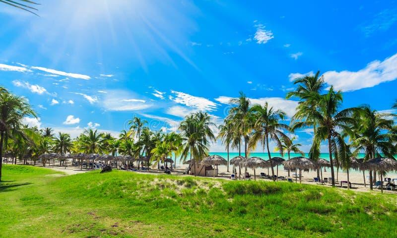 Hypnotiser, vue magnifique de plage et océan tranquille avec des personnes détendant à l'arrière-plan image libre de droits