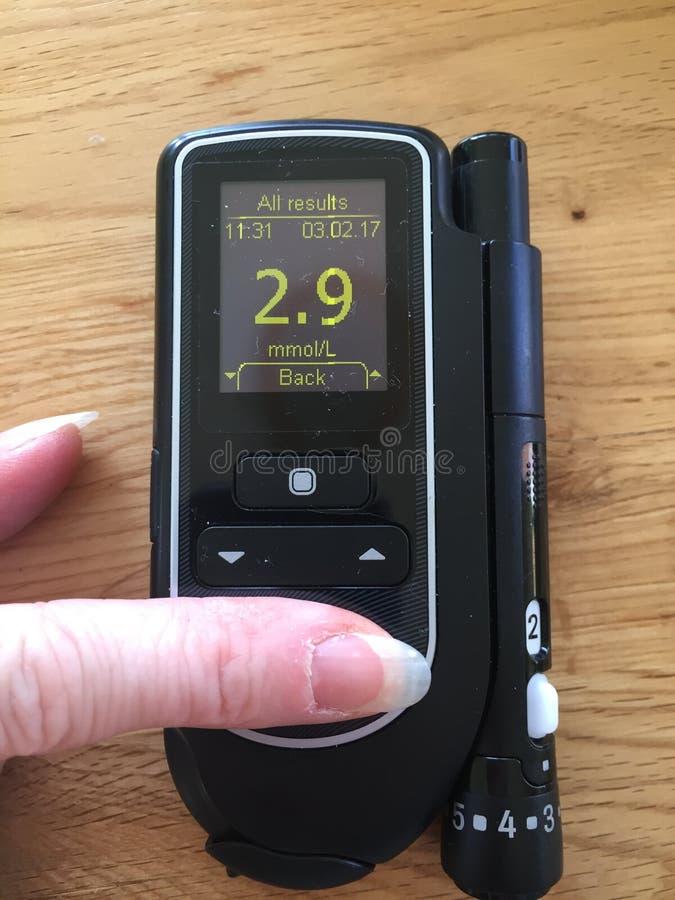 Hypoglycaemic在血糖显示器的血糖读书 免版税库存图片