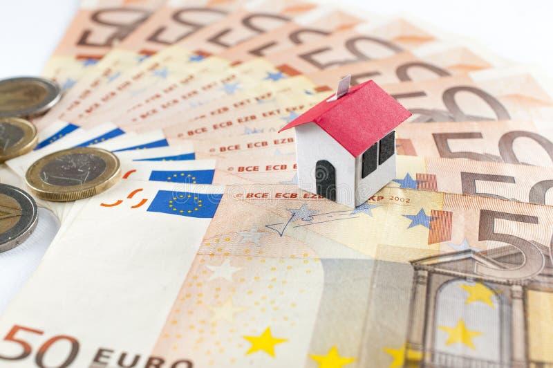 Hypotheek en leningsconcept: document huis op een vijftig eurobankbiljet royalty-vrije stock afbeelding