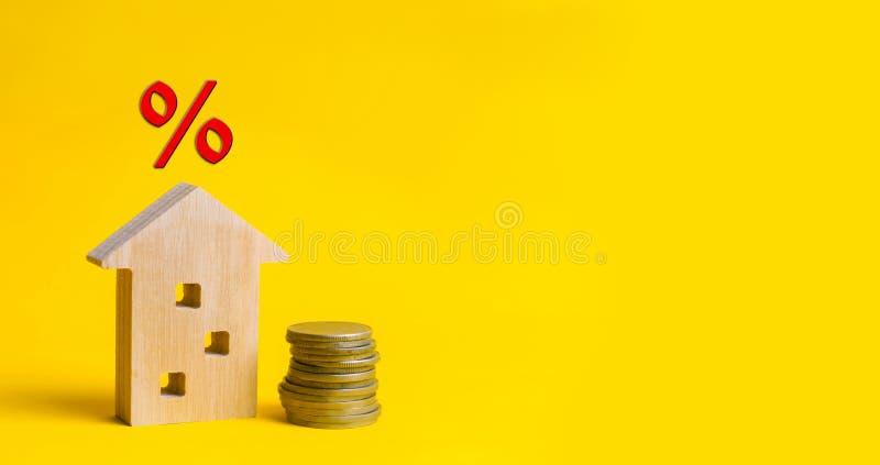 Hypotheek en rente op het huis koop van bezit, onroerende goederen huis, Betaalbare huisvesting Plaats voor tekst voordelige aanb royalty-vrije stock afbeeldingen
