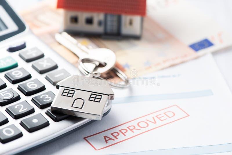 Hypotheek Goedgekeurd Leningsdocument met Huissleutels stock afbeelding