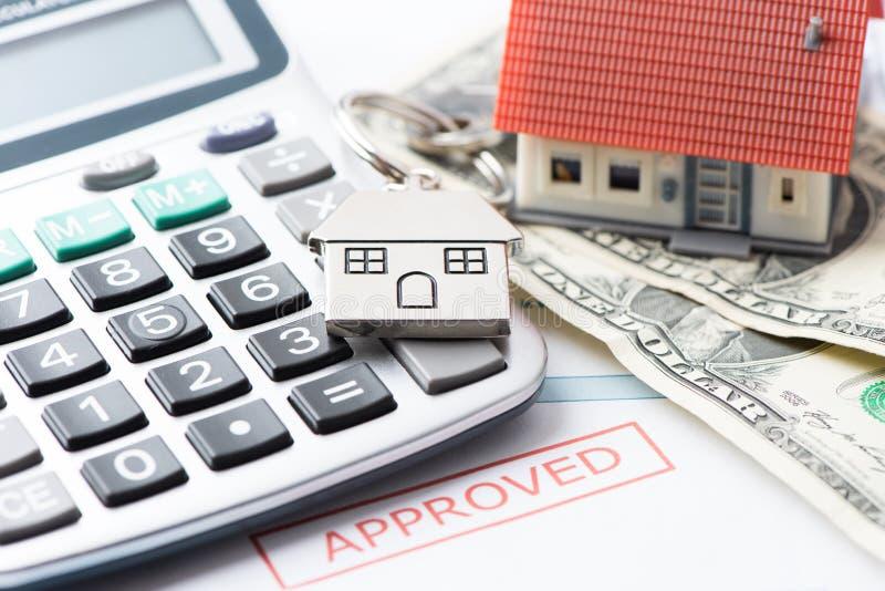 Hypotheek Goedgekeurd Leningsdocument met Huissleutels stock fotografie