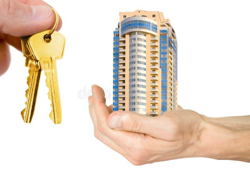 Hypothek. Hand mit Haus lizenzfreies stockbild