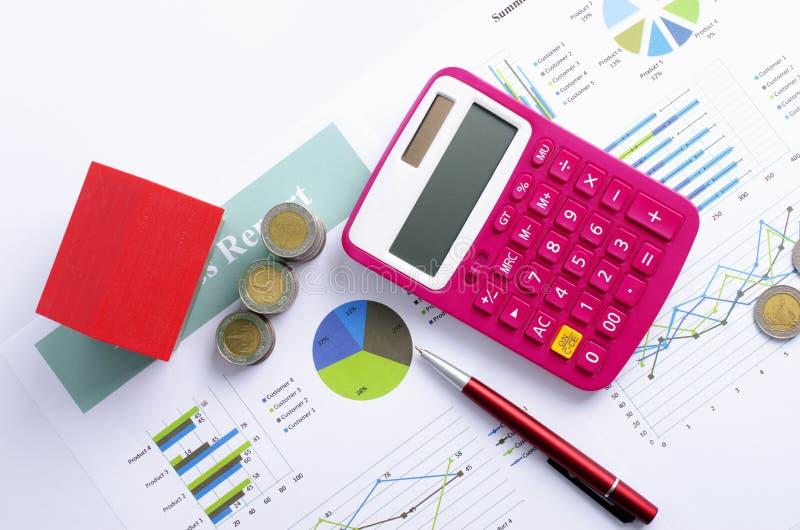Hypothekendarlehenkonzept mit rotem Haus und Münzgeld und rosa Taschenrechner- und Rotestifthintergründe oben stockbilder