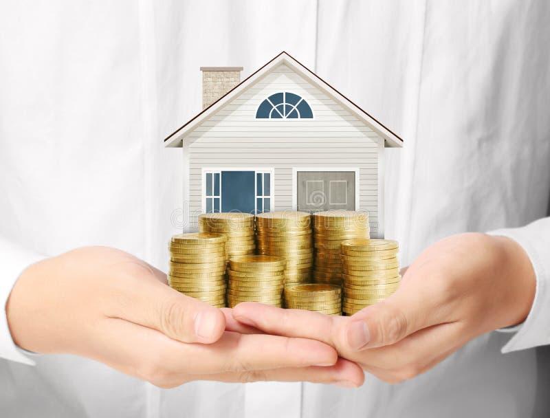 Hypothekenkonzept durch Geldhaus von den Münzen stockfotografie