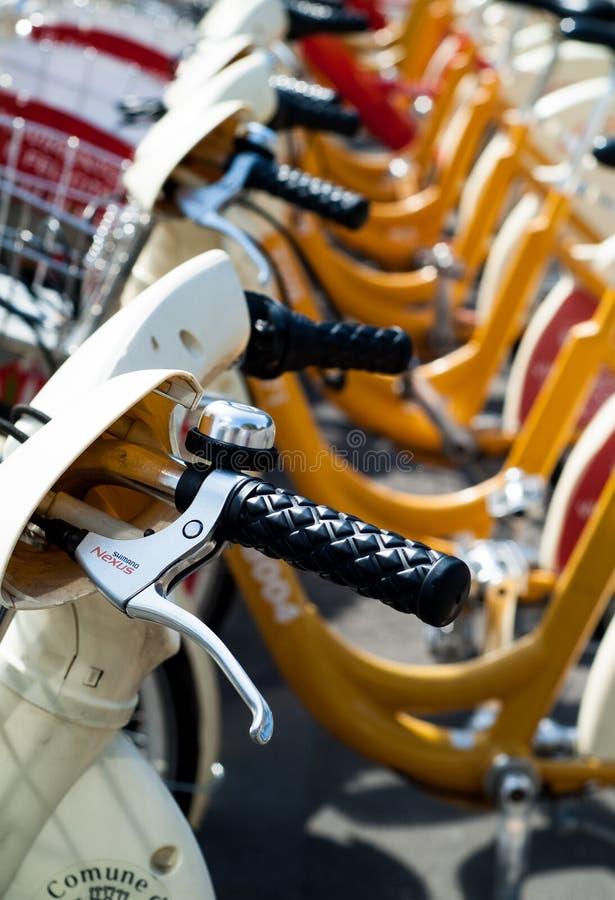 Hyra cyklar i Milan arkivfoto
