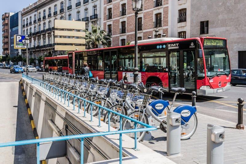 Hyra cyklar i Valencia, Spanien arkivfoto
