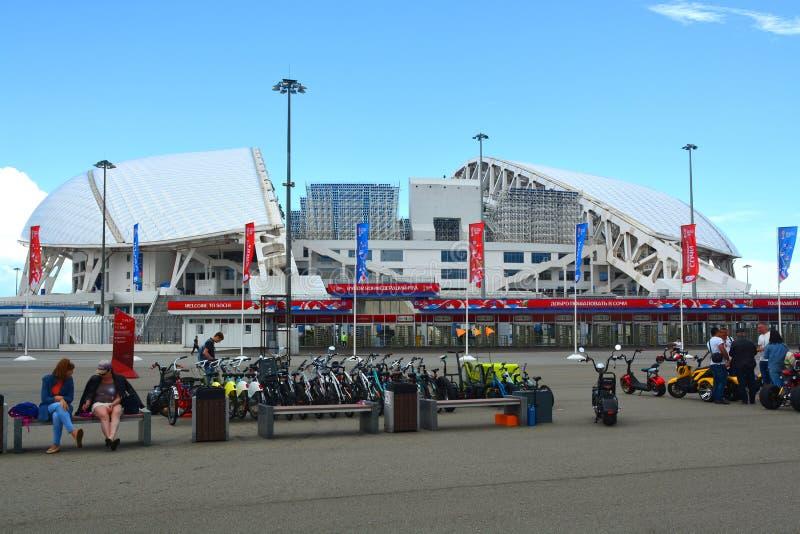 Hyra en cykel på den huvudsakliga ingången till stadion, `-Fisht `, arkivbilder