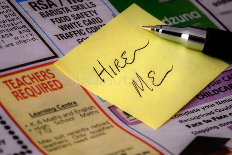 'Hyra mig' klistermärken på tidningen royaltyfri foto