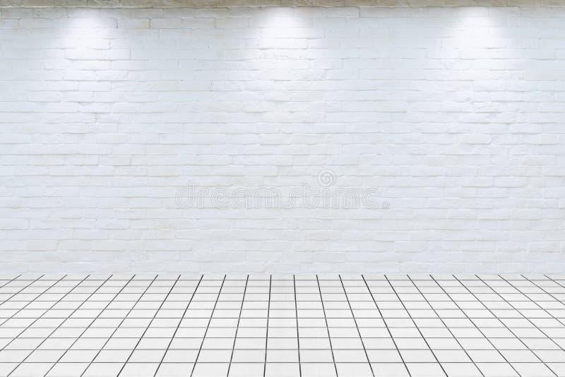 Hyra rum inre tappning med den vita flooen för tegelplattan för tegelstenväggen och marmor royaltyfria bilder