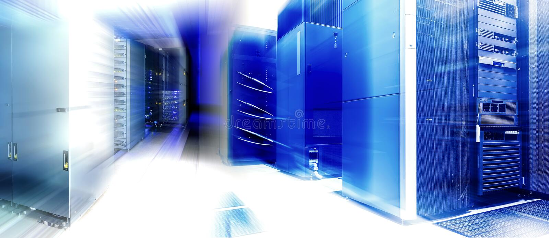 Hyra rum med rader av servermaskinvara i datorhall royaltyfria foton