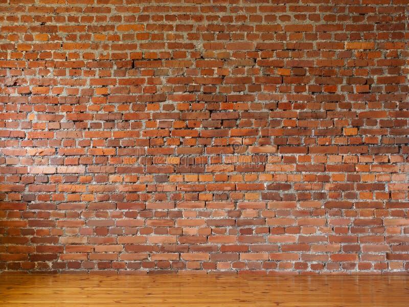 Hyra rum med väggar för röd tegelsten och trädurken av bräden arkivfoto