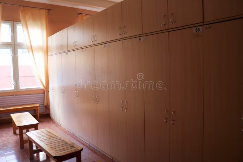 Hyra rum omklädningsrum med låsbara skåp för arbetare med individuella skåp för ändrande kläder i en industrianläggning arkivfoto