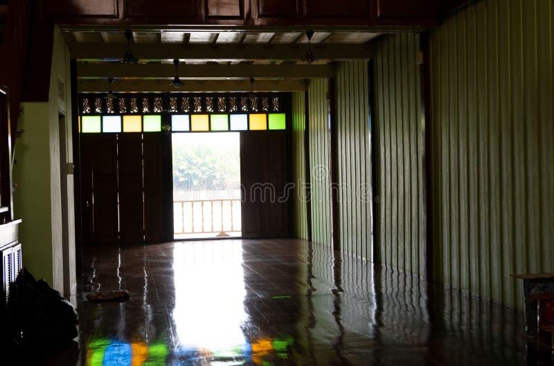 Hyra rum tappningstil och den öppna dörren bredvid floden fotografering för bildbyråer