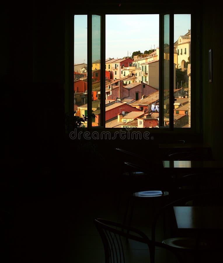 Hyra rum vandrarhemmet med fönstret som förbiser byggnaderna av Portovenere royaltyfria bilder