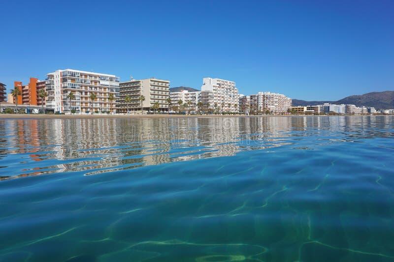 Hyreshusar för Spanien Costa Brava sjösidastad arkivfoto