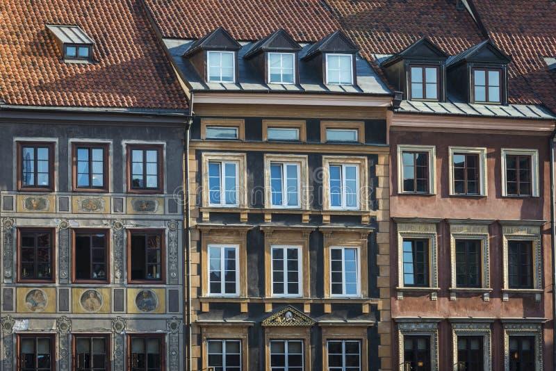 Hyreshusfasader på det gamla historiska området för stadfyrkant, Warszawa royaltyfria bilder