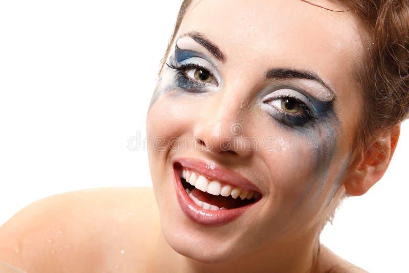 Hysteriker som gråter och ler kvinnan med våt makeup över vit royaltyfri fotografi