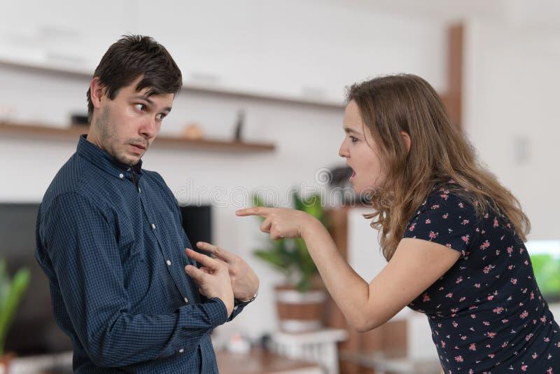 Hysterische Frau der Eifersucht ist, schreiend tadelnd und auf ihrem Ehemann lizenzfreies stockfoto