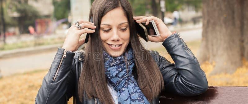 Hysterisk flicka med för många skärmar, mobils, minnestavlor och lapto royaltyfri bild