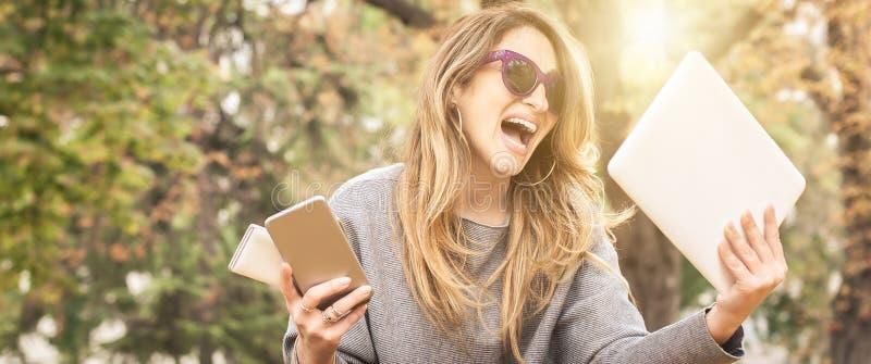 Hysterisk flicka med för många skärmar, mobils, minnestavlor och lapto fotografering för bildbyråer