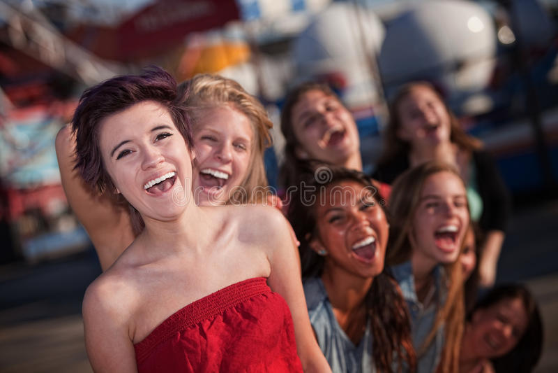Hysterisk grupp av att skratta för flickor arkivfoto