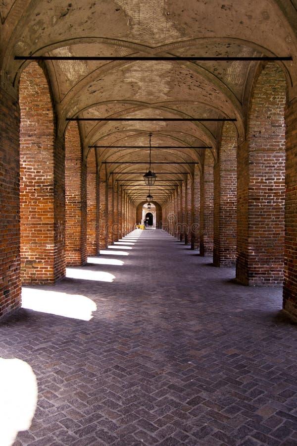 Hystorical市萨比奥内塔-意大利-叫作圆顶场所的重创柱廊或的走廊 免版税库存图片