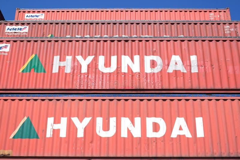 Hyundai контейнеры 40 ft связанные с использованием различных видов транспорта штабелированные в гавани стоковые фотографии rf