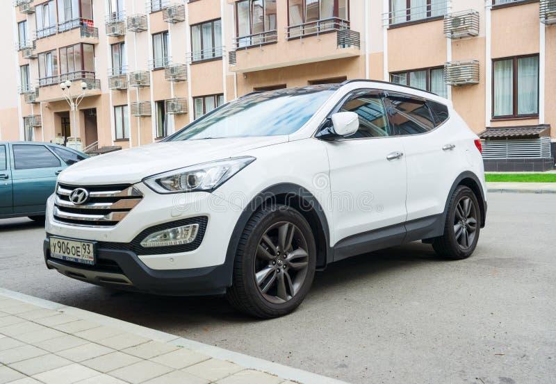 Hyundai branco novo Santa Fe estacionou na rua perto da casa fotos de stock royalty free