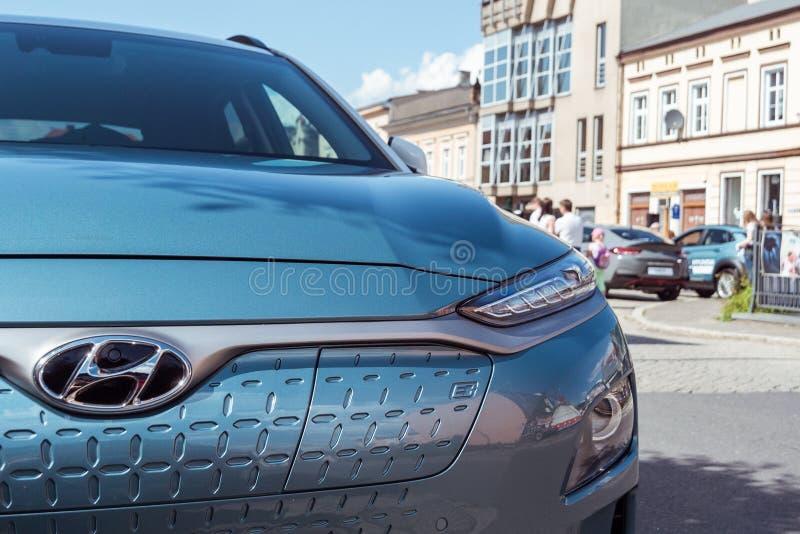 Hyundai Kona elettrico - vista anteriore dell'automobile con la lettera e che significa la e-mobilità immagini stock libere da diritti
