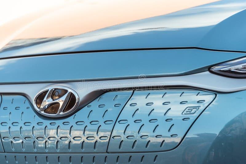 Hyundai Kona elettrico - vista anteriore dell'automobile con la lettera e che significa la e-mobilità fotografie stock libere da diritti