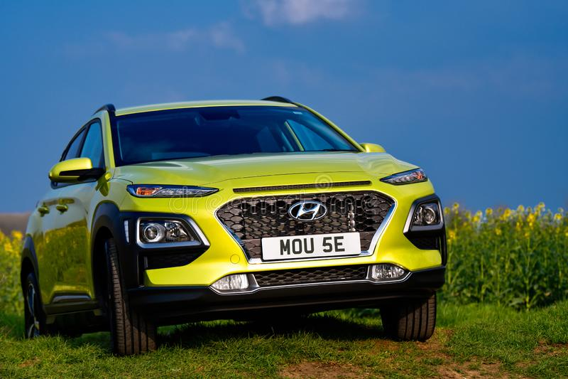 Hyundai Kona im sauren Gelb stockbilder