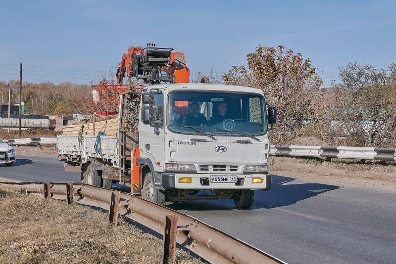 Hyundai-LKW mit Manipulator stockbild