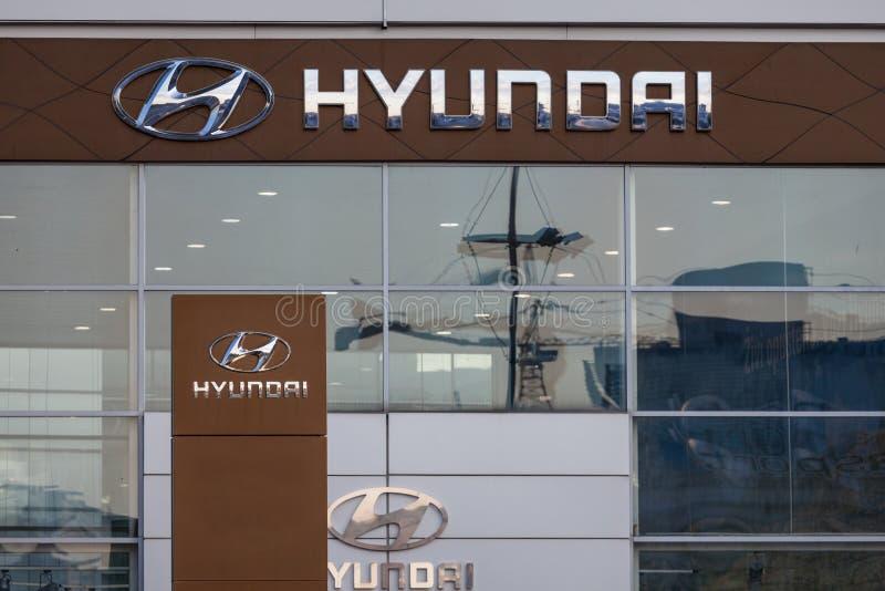 Hyundai logo på deras huvudsakliga återförsäljarelager Belgrade Hyundai är en sydkoreansk bil och en automatisk producent fotografering för bildbyråer