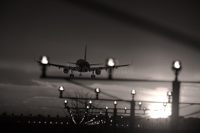 Hyvla i himlen som landar på landningsbana Landningsbanaljus arkivfoton