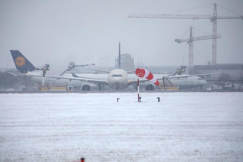 Hyvlar den inflyttningMunich flygplatsen, vintertid med snö fotografering för bildbyråer