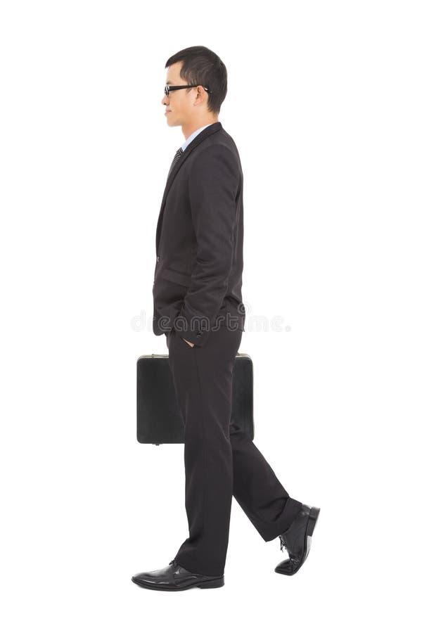 Iść biznesowy mężczyzna trzyma krótką skrzynkę zdjęcia royalty free