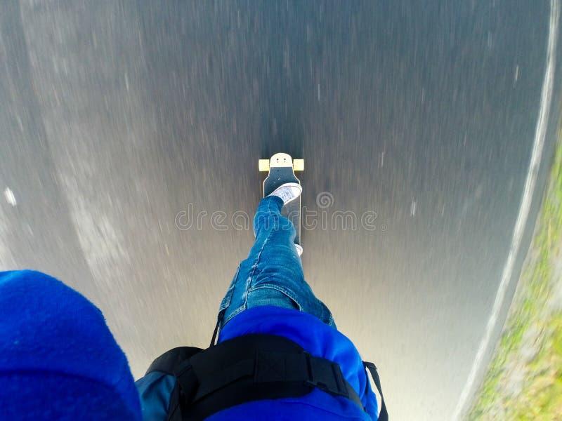 Iść na longboard na asfalcie, zdjęcie royalty free