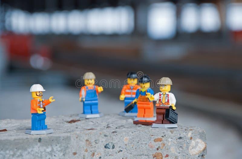 Iževsk, Russia 6 aprile 2019: Incontrandosi ad un cantiere Riunione di produzione al cantiere in miniatura immagine stock