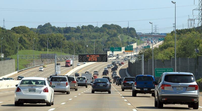 I-65在全日蚀前的一个小时在纳稀威,TN,与'在蚀的警告期间的禁止停车 免版税库存照片
