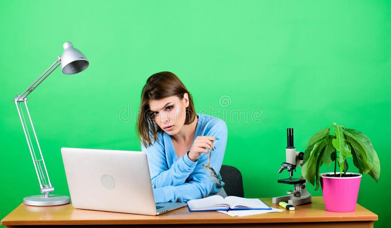i Δάσκαλος σταδιοδρομίας έναρξης Σε απευθείας σύνδεση μακρινές κατηγορίες Πολυάσχολος με τις πληροφορίες Κορίτσι αρκετά ελκυστικό στοκ φωτογραφία με δικαίωμα ελεύθερης χρήσης
