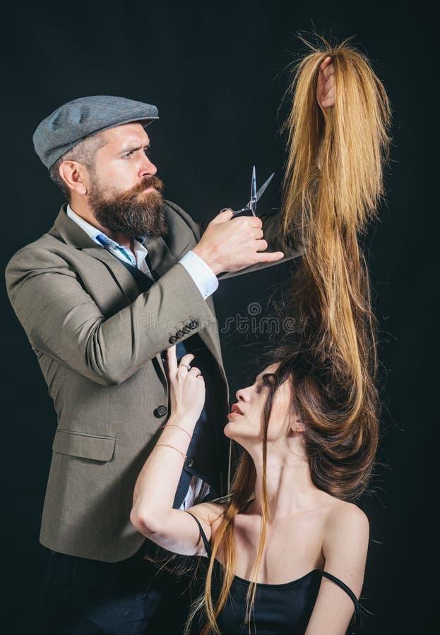 i Μακρυμάλλης Κούρεμα μόδας Κομμωτής, σαλόνι ομορφιάς Πορτρέτο του μοντέρνου κομμωτή o στοκ εικόνες