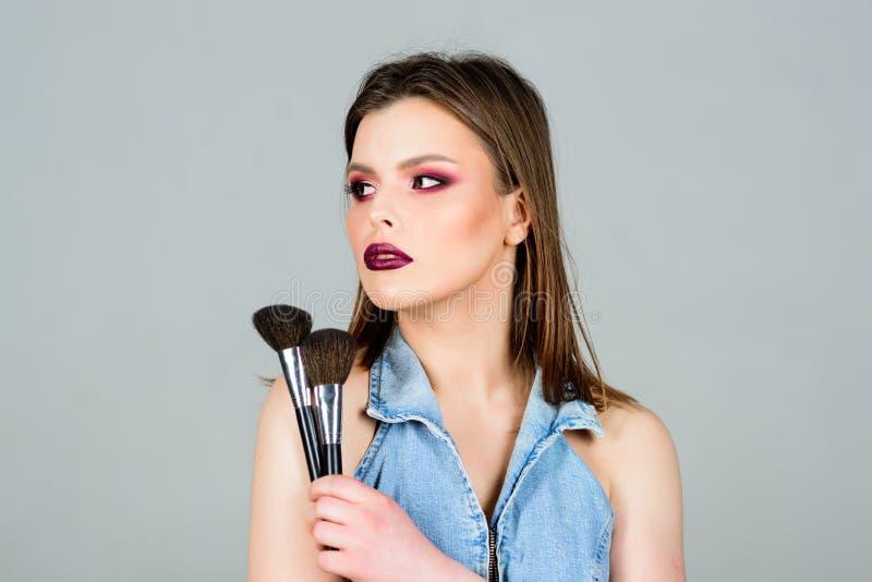 i Να φανεί καλός και αίσθημα βέβαιος E Ελκυστική γυναίκα που ισχύει makeup στοκ εικόνες με δικαίωμα ελεύθερης χρήσης