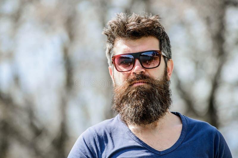 i 室外有胡子的人 胡子关心和理发店 男性时尚和秀丽 残酷男性与 库存图片