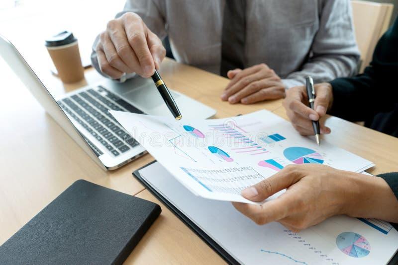 I affärsman för affärskontor, i möte, kartlägger analyser royaltyfri bild