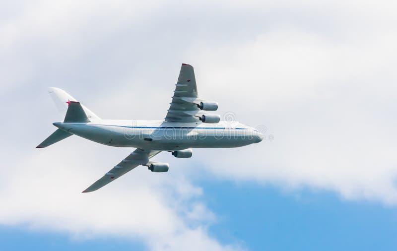 I airlifters strategici quadrimotori multi--purpoose (schietti) di IlyushinIl-76MD-90A volano fotografia stock libera da diritti
