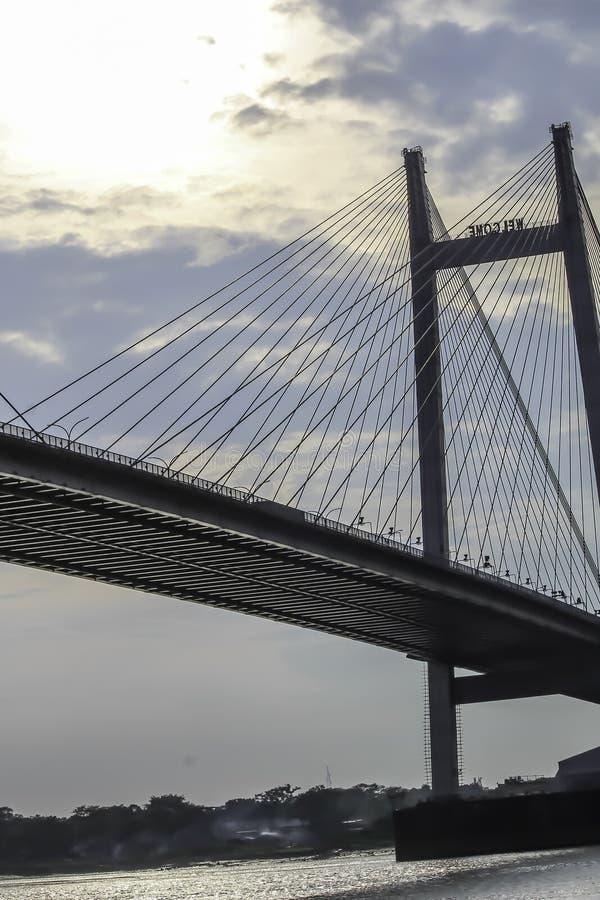 I andra hand Howrah bro - den historiska konsolbron på floden Ganges arkivfoto