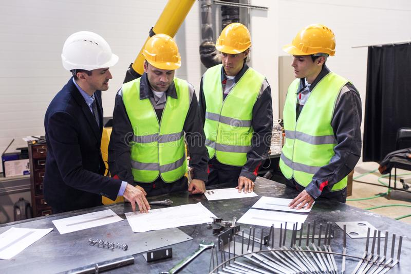 I andworkers dell'ingegnere discutono i documenti fotografie stock
